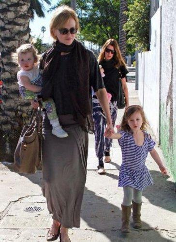 44-летняя Николь Кидман гуляет с дочерьми
