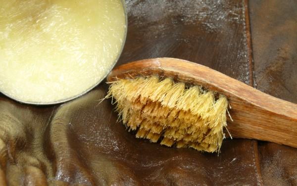 С помощью массажного масла можно почистить кожаную куртку