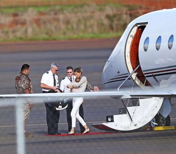 Жизель с семьей путешествует на частном самолете