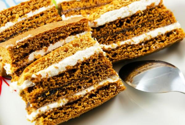 Медовые торты прослаивают сметанным кремом