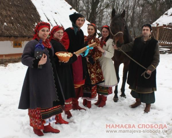 Хозяйки Мамаевой Слободы щедро накормят посетителей украинскими варениками