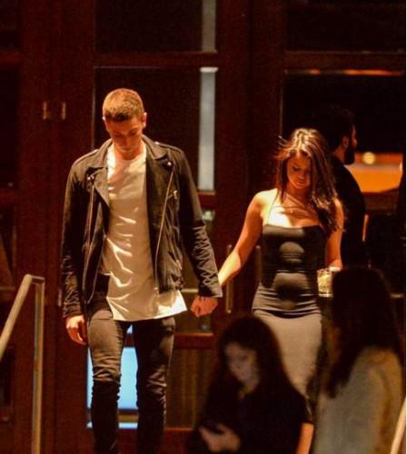 Селена и Самуэль покидают ресторан