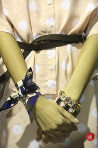 Детали коллекции: шарфик на запястье и крупные браслеты