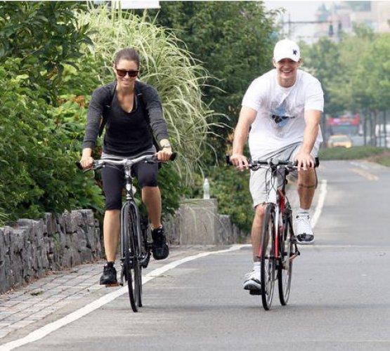 Джастин и Джессика катаются на велосипедах