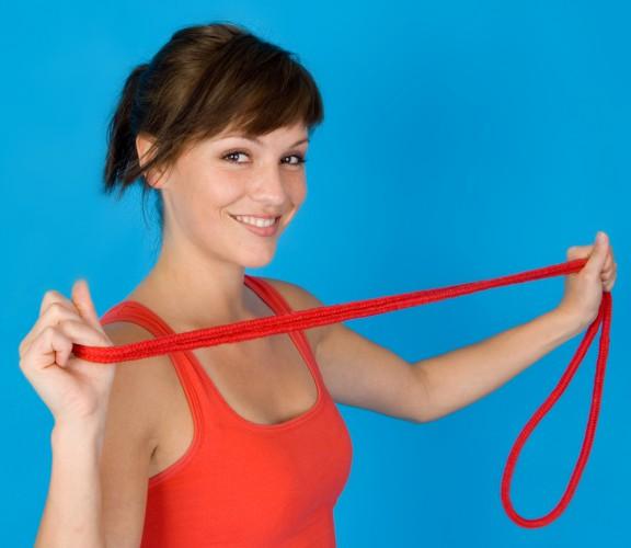 Прыжки через скакалку помогут тебе сжечь лишние калории и поддерживать тело в отличной форме