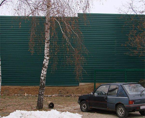 Прямо напротив лоджии его дома расположен зеленый пятиметровый забор загородных владений Януковича.