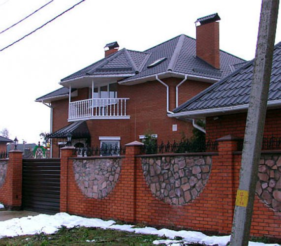 Дом Яценюка – двухэтажный, из красного облицовочного кирпича. Площадь его дома составляет 300 квадратных метров, а приусадебного участка – 30 соток.