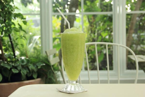 Зеленый коктейль с ананасом и шпинатом