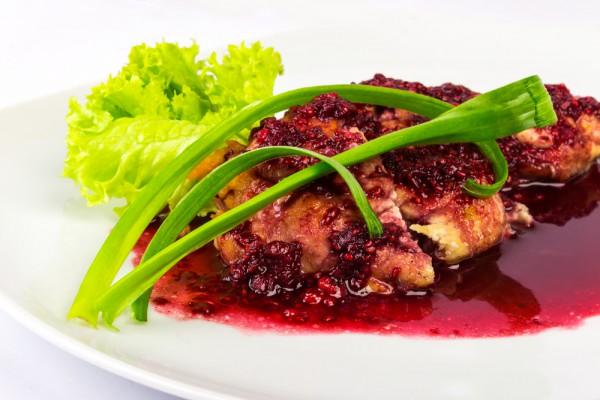Малиновый соус прекрасно оттенит вкус запеченного мяса