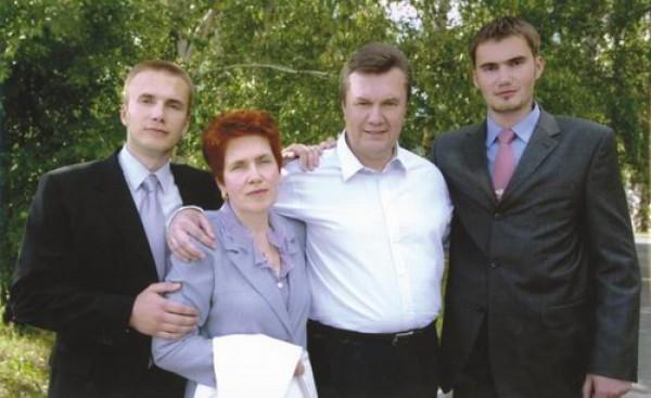 Виктор Янукович с женой Лююдмилой, старшим сыном Александром (слева) и младшим – Виктором