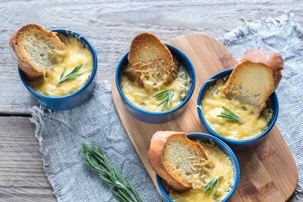 Луковый суп с сыром и гренками