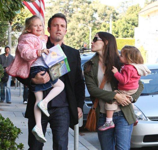 Дженнифер Гарнер с супругом Беном Аффлеком и детьми – Вайолет Энн и Серафина Роуз. А 5-месячного Сэмюэля пара пока что прячет от объективов папарацци