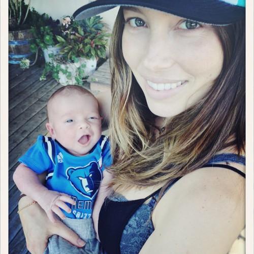 Джессика Бил с новорожденным сыном