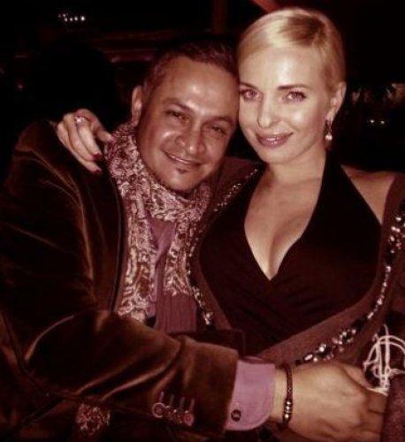 Эктор Хименес Браво и Татя Стребкова обнимаются на вечеринке