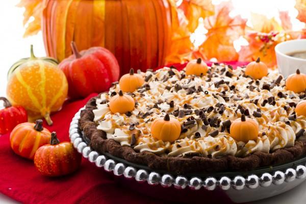 К празднику пекут пироги с начинкой из сезонных фруктов и овощей