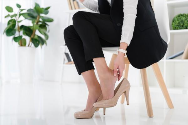 Одна из причин появления косточки на ноге - неудобная обувь