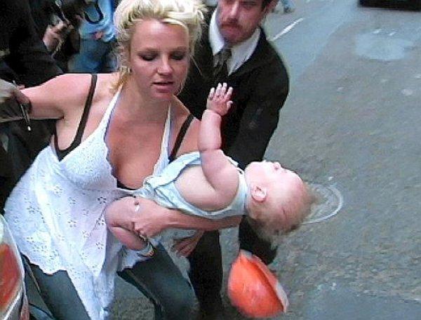 Бритни роняет своего малыша