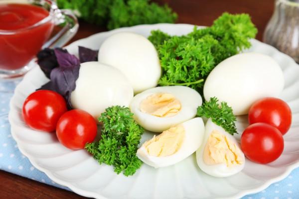 Желток переваренных яиц синеет