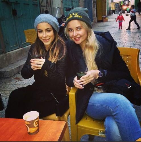 Ани Лорак с подругой