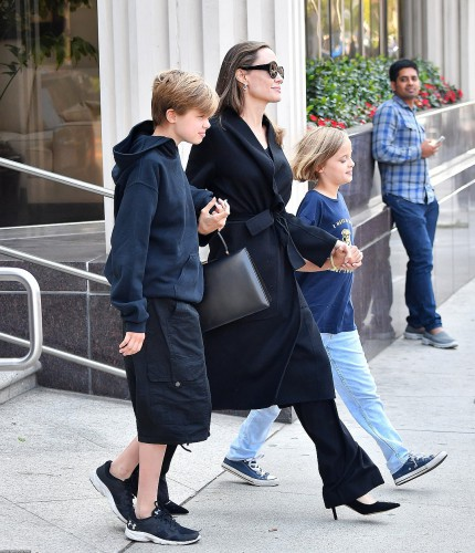 Анджелина Джоли во время прогулки с детьми