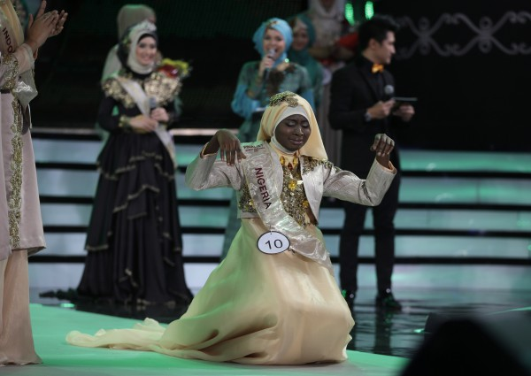 Мусульманка мира 2013 Обабия Айша Аджиболы преклонила колени прямо на сцене