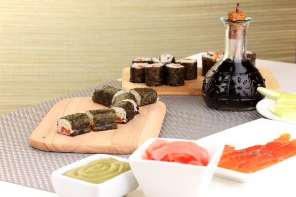 Роллы домашнего приготовления с лососем и огурцом.