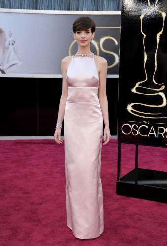 Энн Хэтэуэй на Оскар 2013 в платье Prada