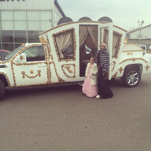 Анастасия Волочкова с дочерью арендовали карету-автомобиль