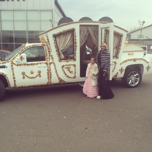 Анастасия Волочкова с дочерью арендовали карету-автомобиль instagram.com/volochkova_art