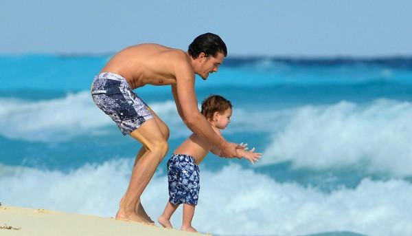 Орландо Блум отдыхает с сыном в Мексике