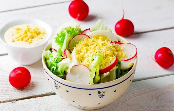 Салат для пикника из редиса с яйцом