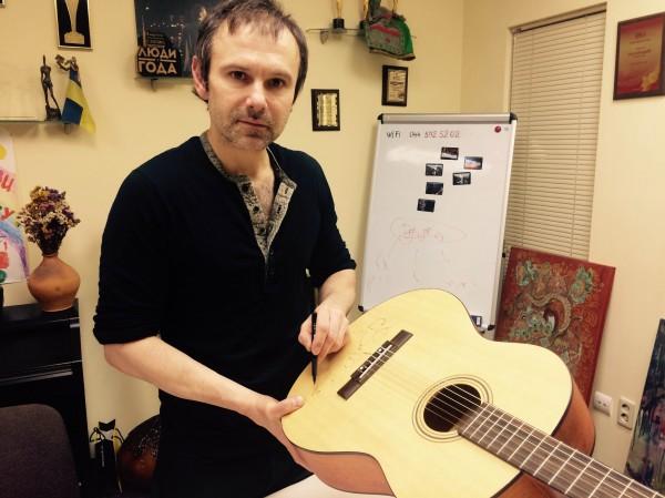 Святослав Вакарчук пожертвовал гитару