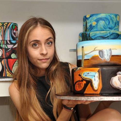 Художница вместе с тортом