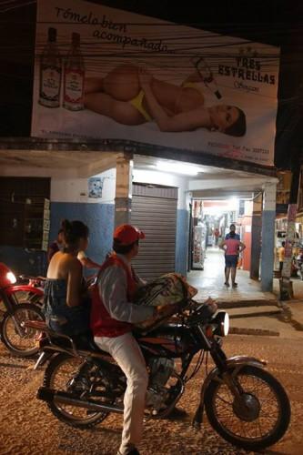 В Боливии не запрещены откровенные фото женщин на уличных бордах