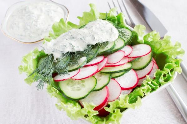 Салат для пикника из редиса с огурцами