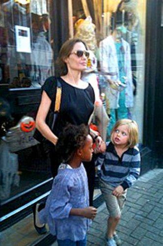 Мама Анджелина на прогулке с детьми