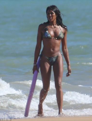 Наоми Кэмпбелл похвасталась своей фигурой на бразильском пляже