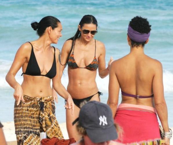 Деми Мур продемонстрировала фигуру на пляже