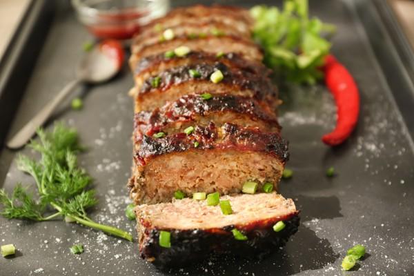 Мясной рулет из фарша индейки с моцареллой и томатным соусом