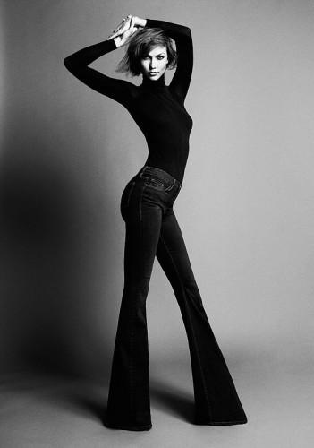 Карли Клосс не понаслышке знает, как тяжело выбрать джинсы высоким девушкам