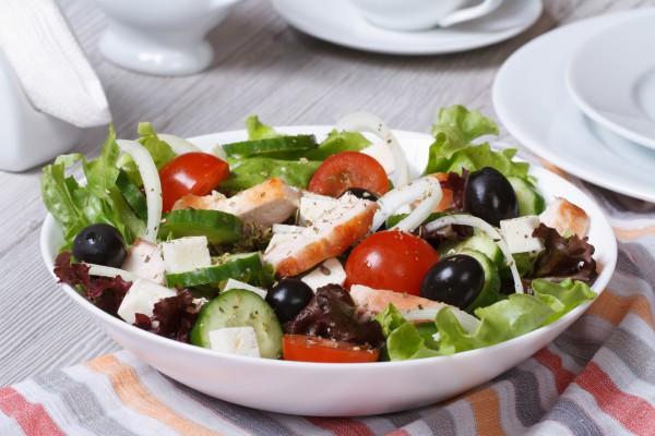 Греческий салат с запеченной курицей фото