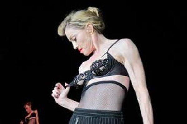 Мадонна сама показала грудь