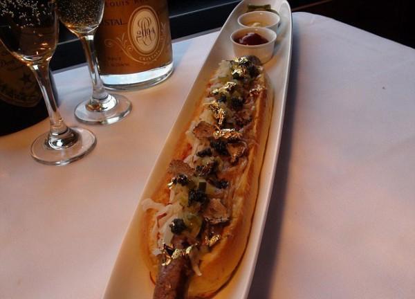 Этот хот-дог с золотой стружкой можно заказывать в ресторане 230 Fifth в Нью-Йорке