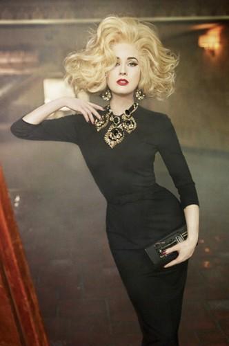 Дита фон Тиз удивила поклонников, примерив на себя образ блондинки