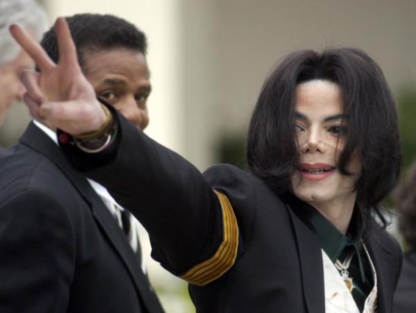 Певец Майкл Джексон был найден мертвым в своем доме в 2009 году