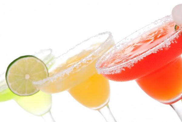 Коктейль клубничный с водкой и апельсиновым фрешем фото