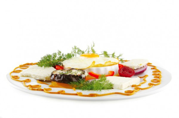 Подавай яичницу вместе со свежими овощами