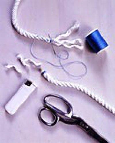 Концы веревок прячем на изнаночной стороне коврика, пришивая к другим веревкам. Места плетения можно слегка подклеить клеем, чтобы предотвратить смещение.