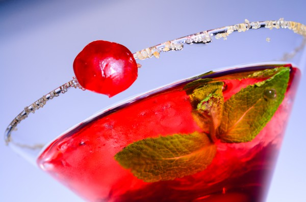 Женский коктейль с мартини и брусникой