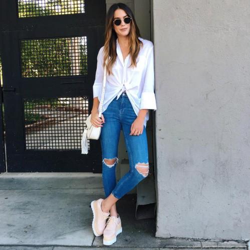 Рваные джинсы в сочетании с белой рубашкой